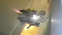 Motocyklista bez kasku rozbił się o ścianę budynku!