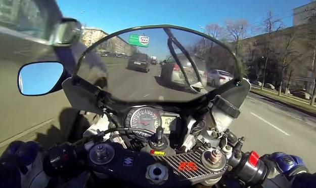 Motocyklista jechał między samochodami nawet 135 km/h /
