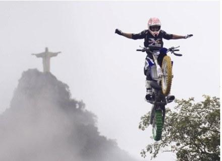 Motocyklista na tle słynnego pomnika Chrystusa Zbawiciela w Rio. Fot. Flo Hagena/Red Bull Photofiles /materiały prasowe