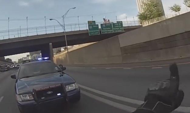 Motocyklista najpierw pogroził palcem policjantowi próbującemu go zatrzymać /