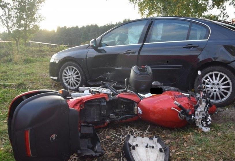 Motocyklista podczas wyprzedzania zderzył się ze skręcającym w lewo autem marki Renault /Policja Małopolska /materiały prasowe
