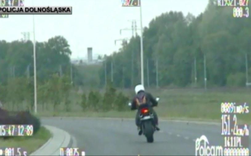 Motocyklista poruszał się zdecydowanie za szybko /Policja