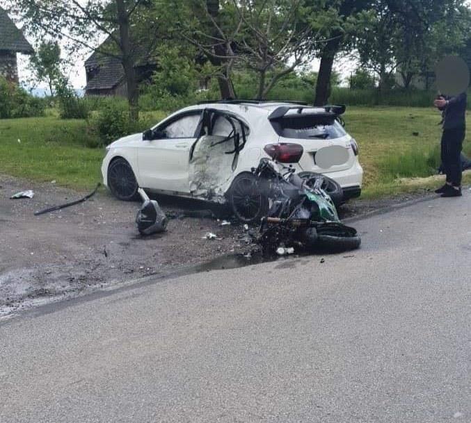 Motocyklista uderzył w bok mercedesa. Zginął na miejscu /DK52INFO /