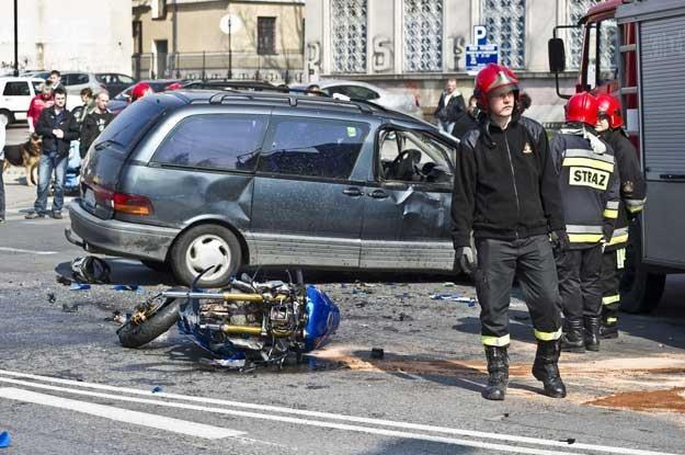 Motocyklista w zderzeniu z samochodem nie ma szans /PAP