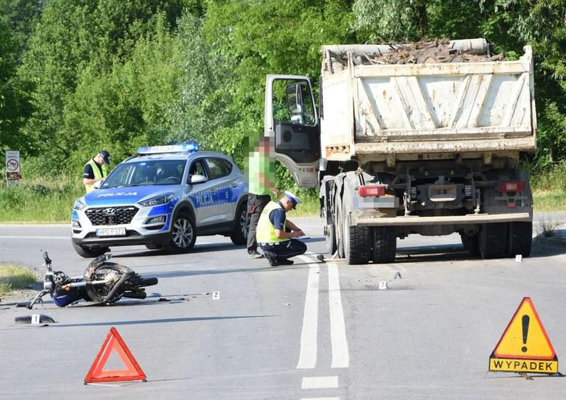Motocyklista zbyt szeroko wyjechał z zakrętu i uderzył w ciężarówkę /Policja