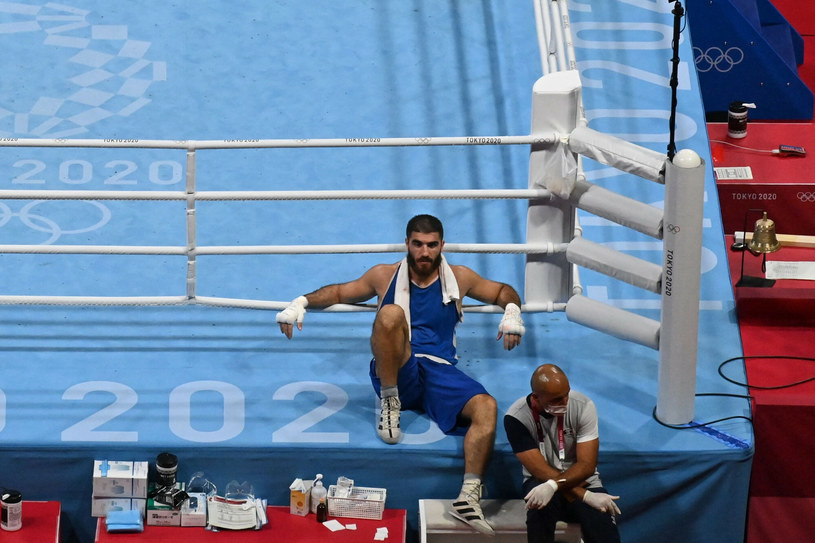 Mourad Aliev nie chciał opuścić ringu po przegranej walce /Louis Robayo/AFP /East News