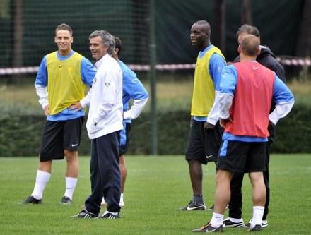 Mourinho jest w dobrym humorze. Jego zdaniem nadeszła era Hiszpanów i Włochów w LM /AFP
