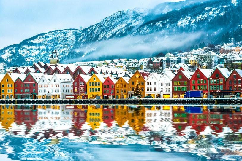 """Mówi się, że Bergen to miasto, które ma """"głowę"""" w chmurach - tutaj odpoczywa się najlepiej! /123RF/PICSEL"""