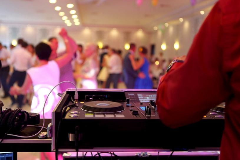 Mówi się, że udane wesele poznaje się po dobrej muzyce /123RF/PICSEL