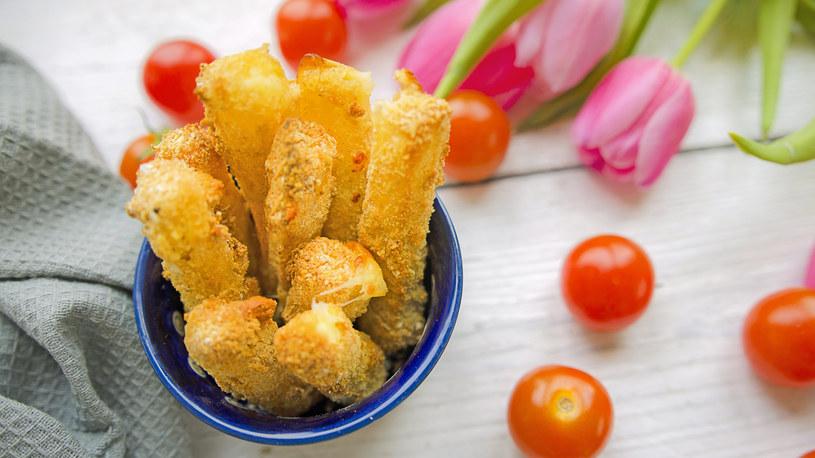 Mozarella sticks można podawać z sosem pomidorowym, keczupowym lub marinara /INTERIA.PL