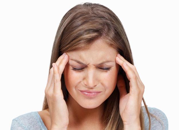 Może być wiele przyczyn bólu głowy /123RF/PICSEL