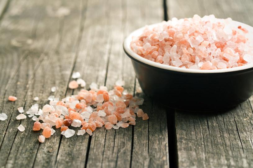 Może mieć różne kolory: zwykła sól kuchenna jest biała, himalajska różowa /123RF/PICSEL