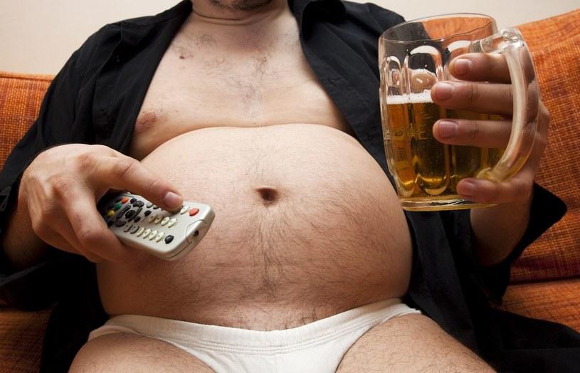 Może się skończyć wieczne siedzenie z piwem przed telewizorem... /123RF/PICSEL