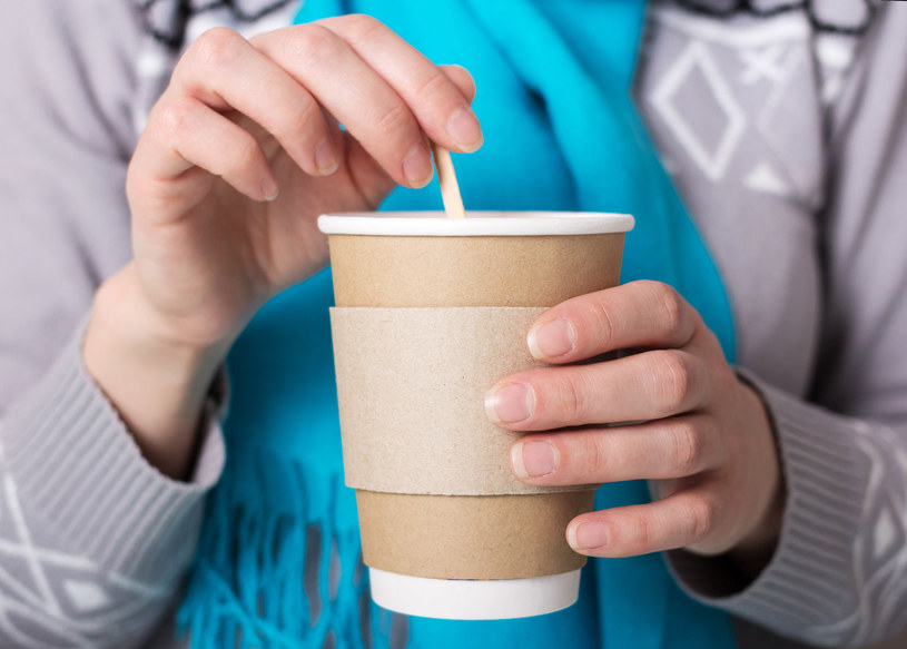 Może się wydawać, że kubki do kawy to niewinne papierowe kubeczki, ale tak naprawę są one wyściełane plastikową powłoką, która sprawia, że praktycznie nie nadają się do recyklingu /123RF/PICSEL