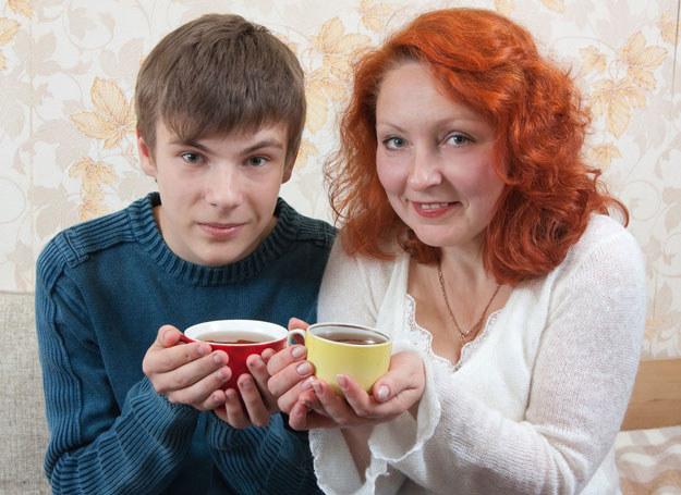 Może spokojan rozmowa przy herbacie rozwiązałaby mój problem? /123RF/PICSEL