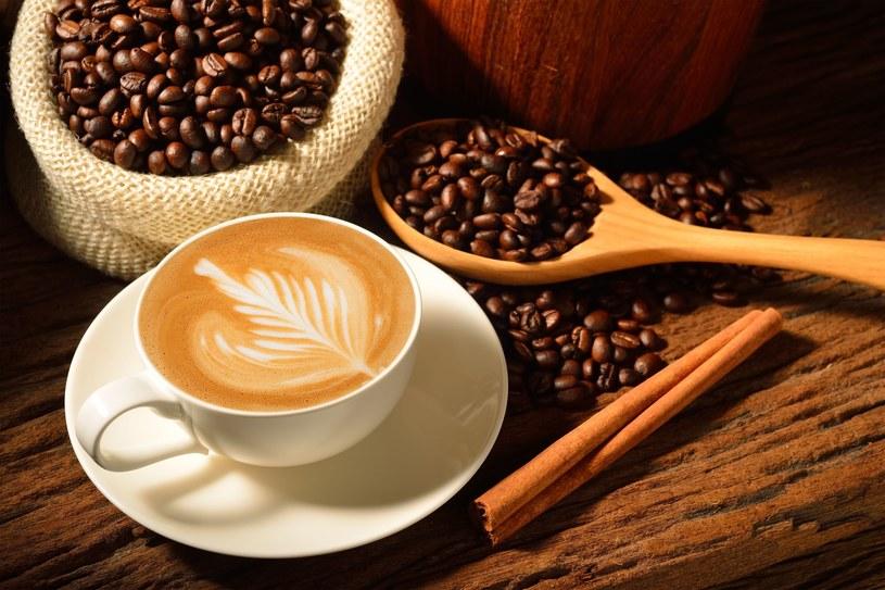 Może spróbujesz udekorować kawę w ten sposób? /123RF/PICSEL
