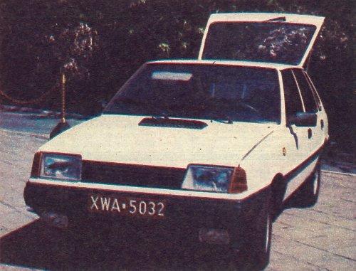 Może tak będzie wyglądał przód najnowszej wersji Poloneza. Czy jednak wprowadzenie prostokątnych reflektorów nie spowoduje zatracenia przez ten pojazd charakterystycznego wyglądu? /Motor