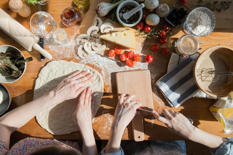 Możecie wspólnie przygotować pyszne przekąski albo wykwintną kolację /123RF/PICSEL