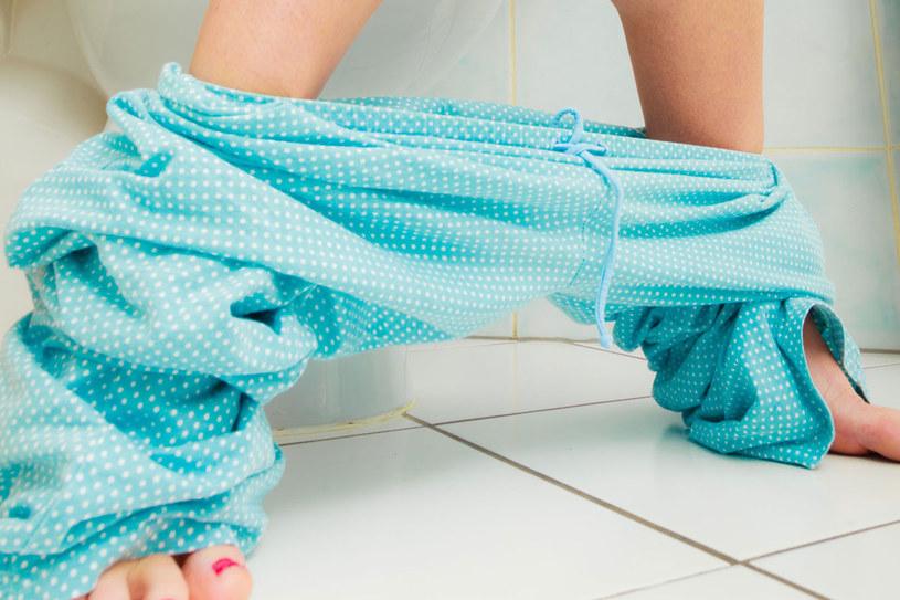 Możemy nauczyć się panować nad nietrzymaniem moczu, np. poprzez regularne wizyty w toalecie. /123RF/PICSEL