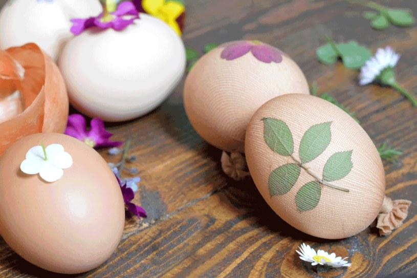 Możesz też ugotować jajka z łuskami cebuli /123RF/PICSEL