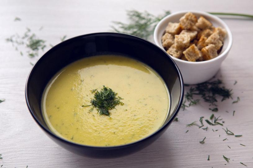 Możesz udekorować zupę koperkiem /123RF/PICSEL