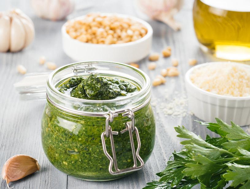 Możesz zmodyfikować oryginalny wloski przepis i użyć lokalnych produktów: oleju rzepakowego, pietruszki i orzechów laskowych /123RF/PICSEL
