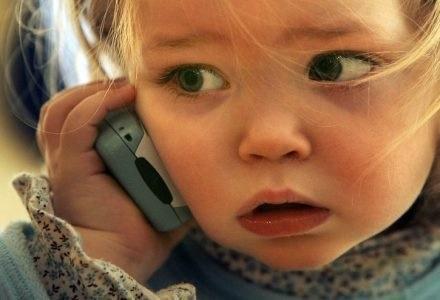 Mózgi dzieci używających telefonów pracują szybciej, ale mniej dokładnie /AFP