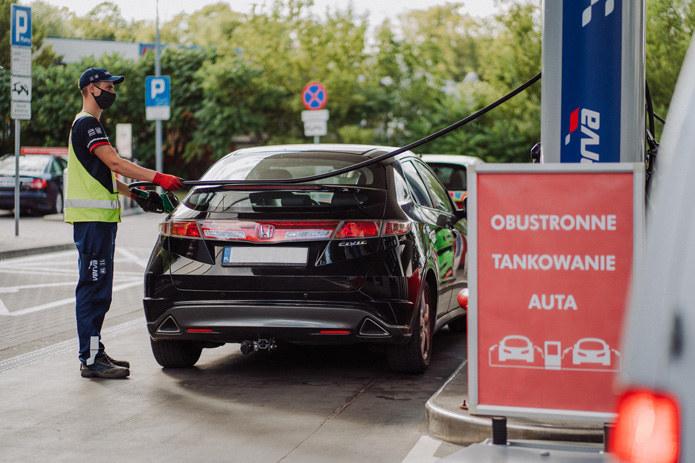 Możliwość obustronnego tankowania przy dystrybutorze znacznie usprawnia korzystanie ze stacji paliw /materiały prasowe