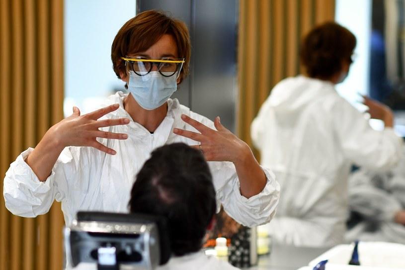 Można nosić maskę, a nawet rękawiczki. Trudniej w tej pracy zachować milczenie /AFP