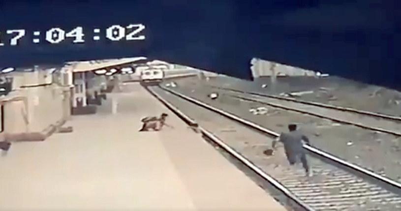 Mrożącą krew w żyłach scenę uwiecznił monitoring na stacji kolejowej. /Twitter.com /