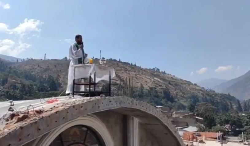 Msza na dachu /Twitter