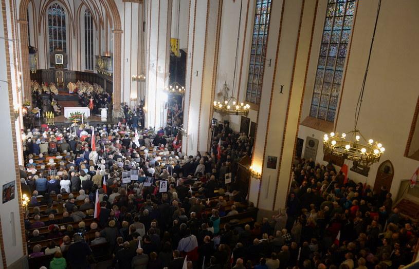 Msza św. odprawiana w intencji ofiar katastrofy smoleńskiej w archikatedrze św. Jana Chrzciciela /Marcin Obara /PAP