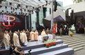 Biskup polowy WP Józef Guzdek (C) koncelebruje polową mszę św. odprawioną przy Pomniku Powstania Warszawskiego, 31 bm. w przeddzień 71 rocznicy wybuchu powstania