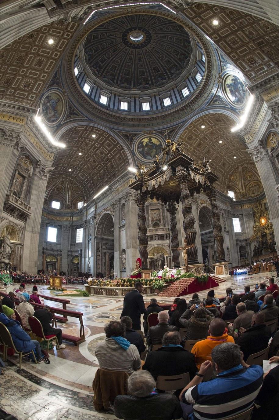 Msza święta w Bazylice św. Piotra dla ubogich i bezdomnych /PAP/EPA/GIORGIO ONORATI /PAP/EPA