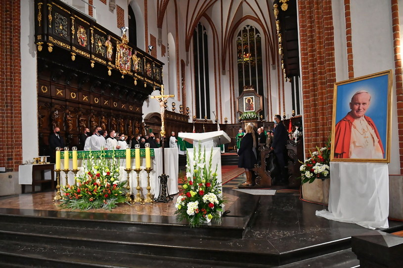 Mszę świętą w intencji ofiar katastrofy smoleńskiej odprawiono w Archikatedrze pw. św. Jana Chrzciciela w Warszawie /Piotr Nowak /PAP