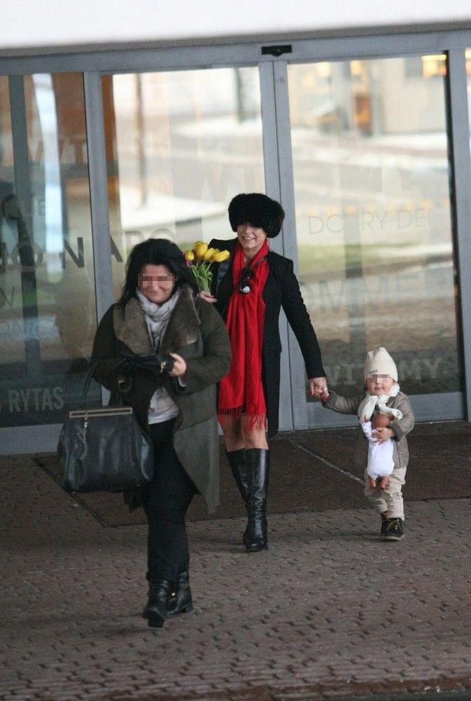 Mucha wychodząc ze szpitala po porodzie miała na palcu obrączkę! /- /East News