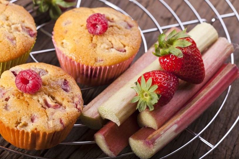 Muffiny rabarbarowe to idealne połączenie smaków kwaśnych i słodkich /123RF/PICSEL