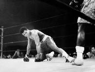 Muhammad Ali na deskach po ciosie Joe Faziera /AFP