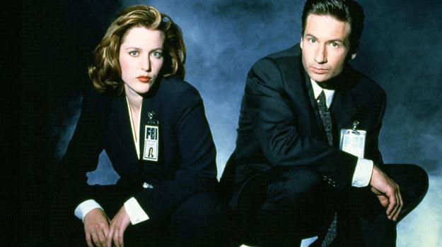 Mulder i Scully mogli na siebie liczyć. Ratowali się z niejednej opresji. Widzowie chcieli, by łączyło ich coś więcej niż tylko praca. /Everett Collection /East News