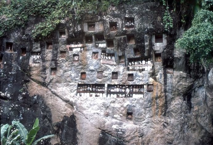 Mumie po pogrzebie są umieszczane w skalnych grobach /Wikimedia Commons /materiały prasowe