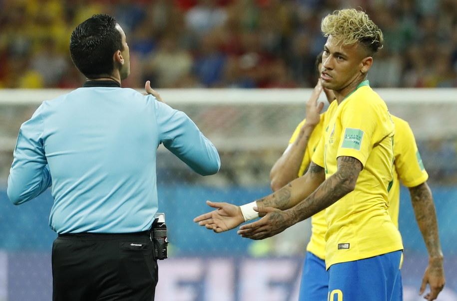 Mundial 2018: Mecz Brazylia - Szwajcaria. Na zdjęciu: sędzia Cesar Ramos i gwiazdor reprezentacji Brazylii Neymar /SHAWN THEW    /PAP/EPA
