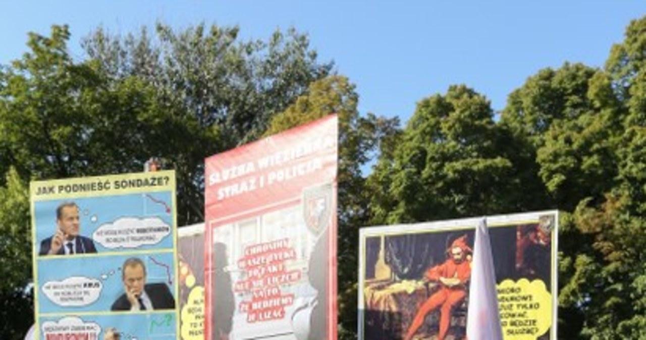 Mundurowi przed Sejmem. Protestują przeciw obniżeniu zasiłków chorobowych