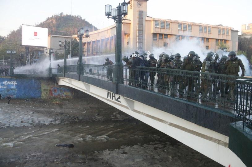 Mundurowy złapał protestującego 16-latka i zrzucił go do betonowego kanału rzeki Mapocho /SEBASTIAN SILVA   /PAP/EPA