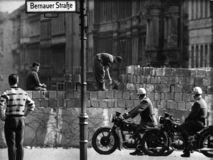 Mur podzielił miasto na lata /AFP