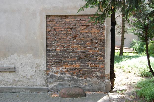 Mur w ogrodzie klasztoru dominikanów przy ulicy Freta – miejsce egzekucji dokonanej przez Niemców na rannych i chorych, fot. Tomasz Stańczyk /