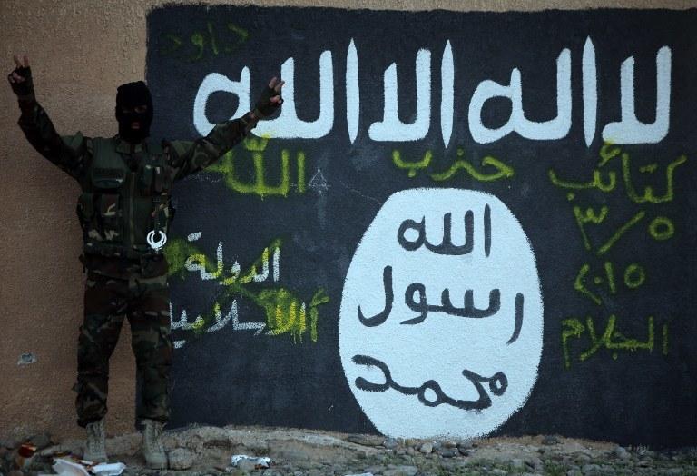 Mural przedstawiający flagę organizacji terrorystycznej Państwo Islamskie, zdj. ilustracyjne /AHMAD AL-RUBAYE / AFP /AFP