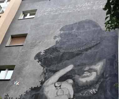 """Mural Ryszarda Riedla w Tychach oficjalnie odsłonięty. """"Zawsze warto być człowiekiem"""""""