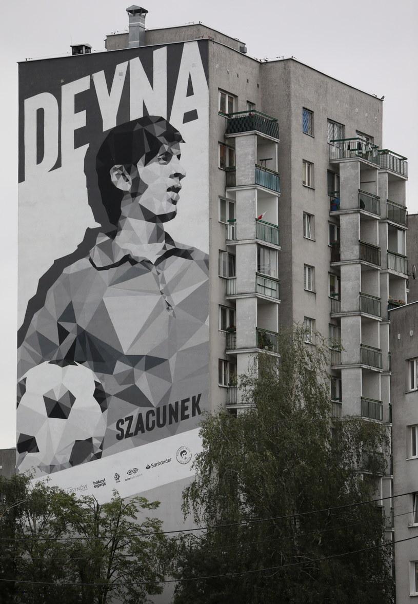 Mural upamiętniający Kazimierza Deynę na ścianie jednego z bloków na warszawskim Ursynowie /Leszek Szymański /PAP