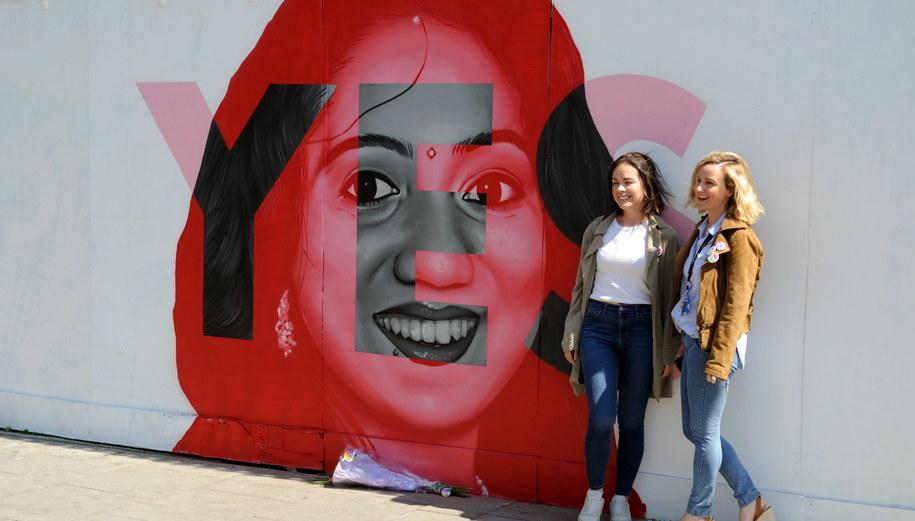 Mural w Dublinie przedstawiający Savitę Halappanava. Kobieta zmarła w Irlandii w wyniku komplikacji ciążowych. Stała się twarzą zwolenników liberalizacji prawa aborcyjnego /AIDAN CRAWLEY  /PAP/EPA