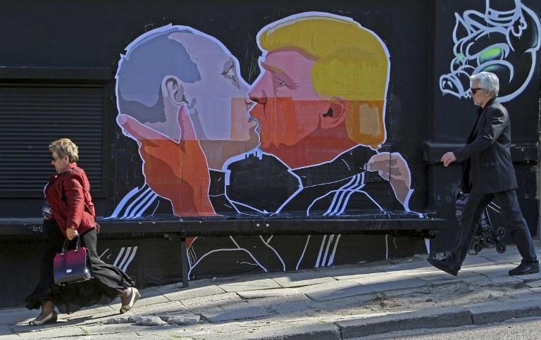 Mural w Wilnie: Pocałunek Putina i Trumpa /Petras Malukas / AFP /AFP
